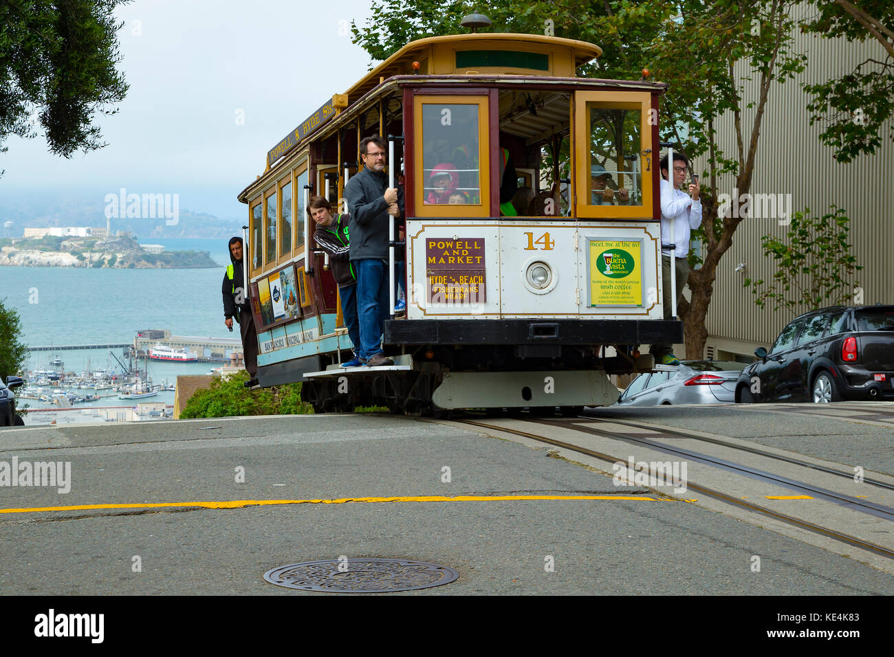 USA San Francisco Cable car 14 line 60 powelll hyde line on the crest of hyde street on top of Russian Hill - Stock Image