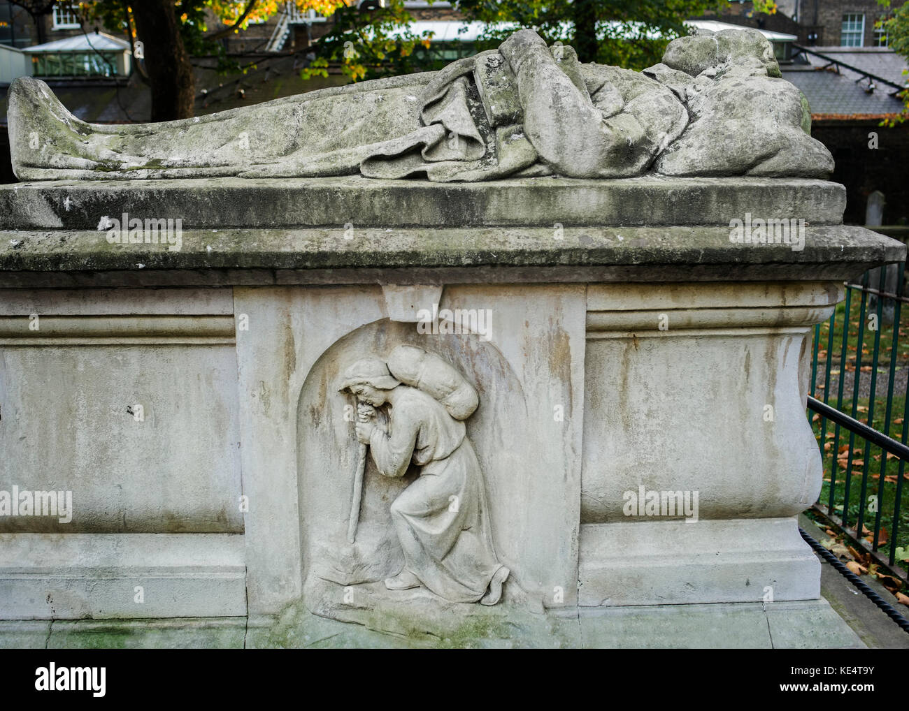 author John Bunyan tomb, Bunyan's effigy on his grave - Stock Image