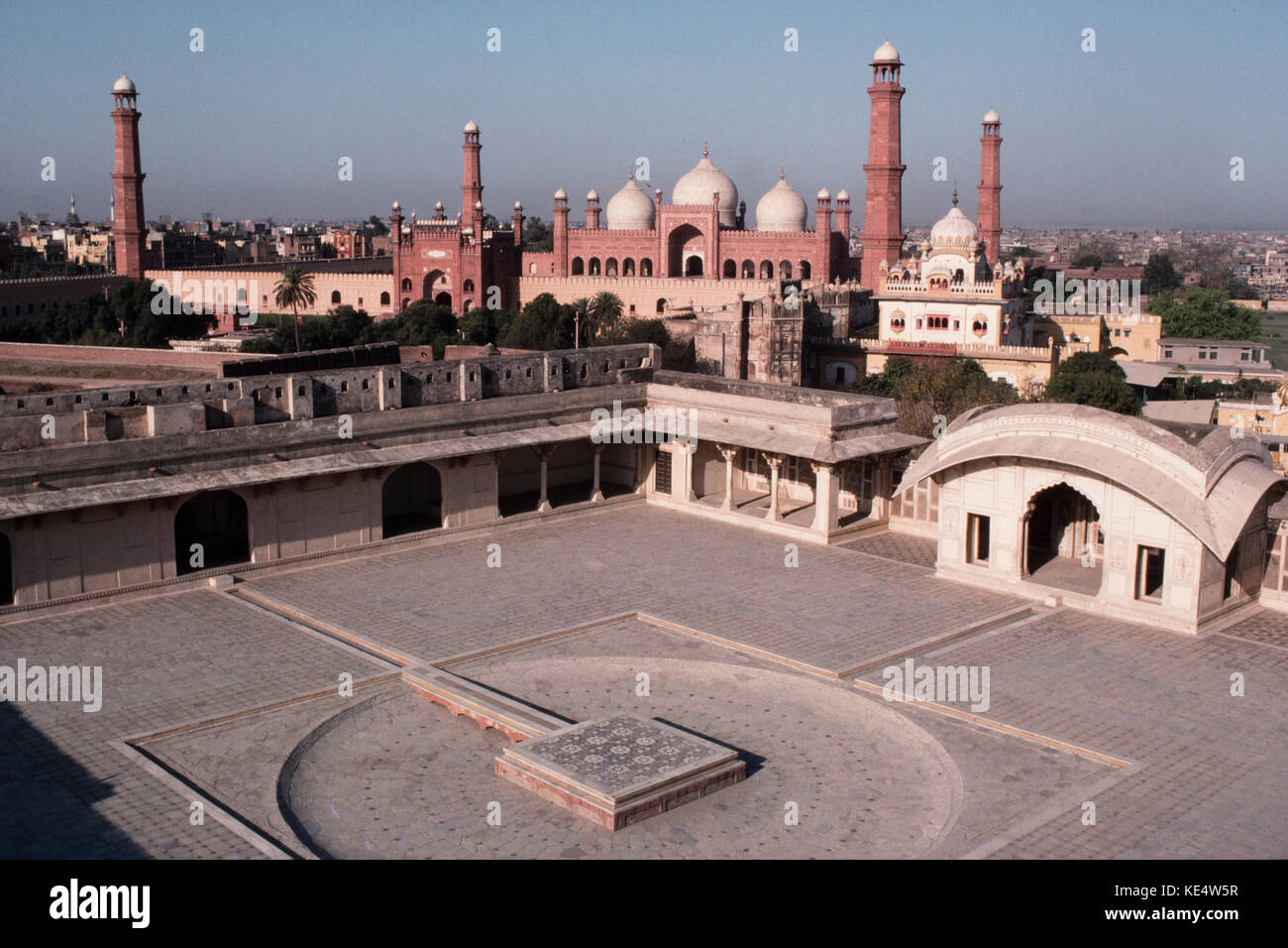 The large courtyard in the Lahore Fort with the Badshahi Mosque in the background,  Lahore, Pakistan, 1990 - Stock Image