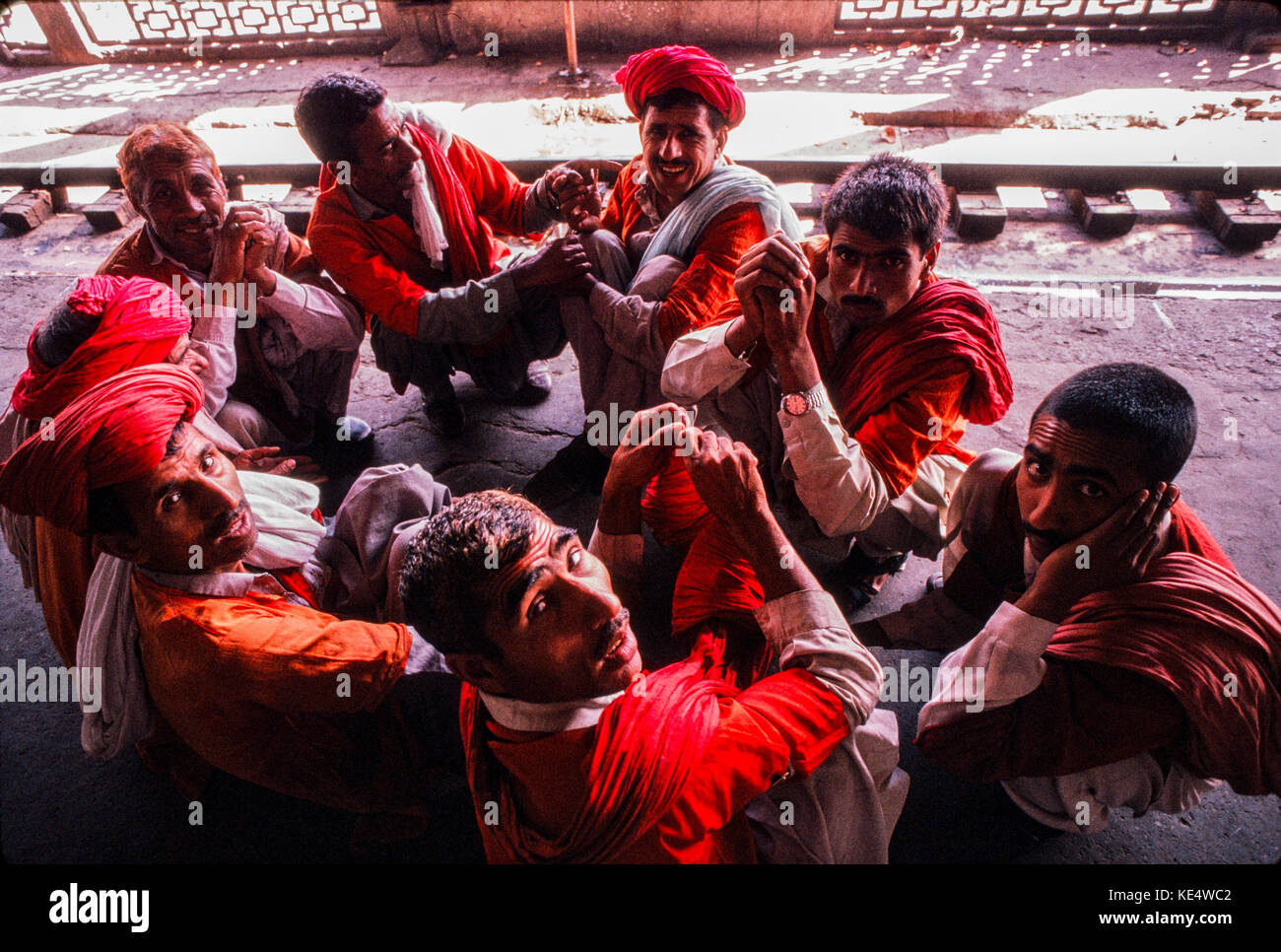 Porters waiting for work at Lahore railway station, Pakistan 1990 - Stock Image