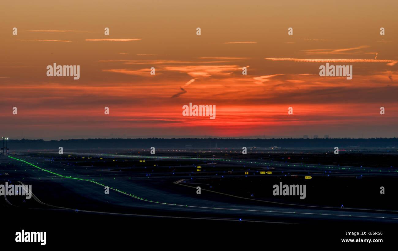 Reisen, Deutschland, Hessen, Frankfurt am Main, Flughafen, October 18. Ein Blick über das Rollfeld bei untergehender Stock Photo