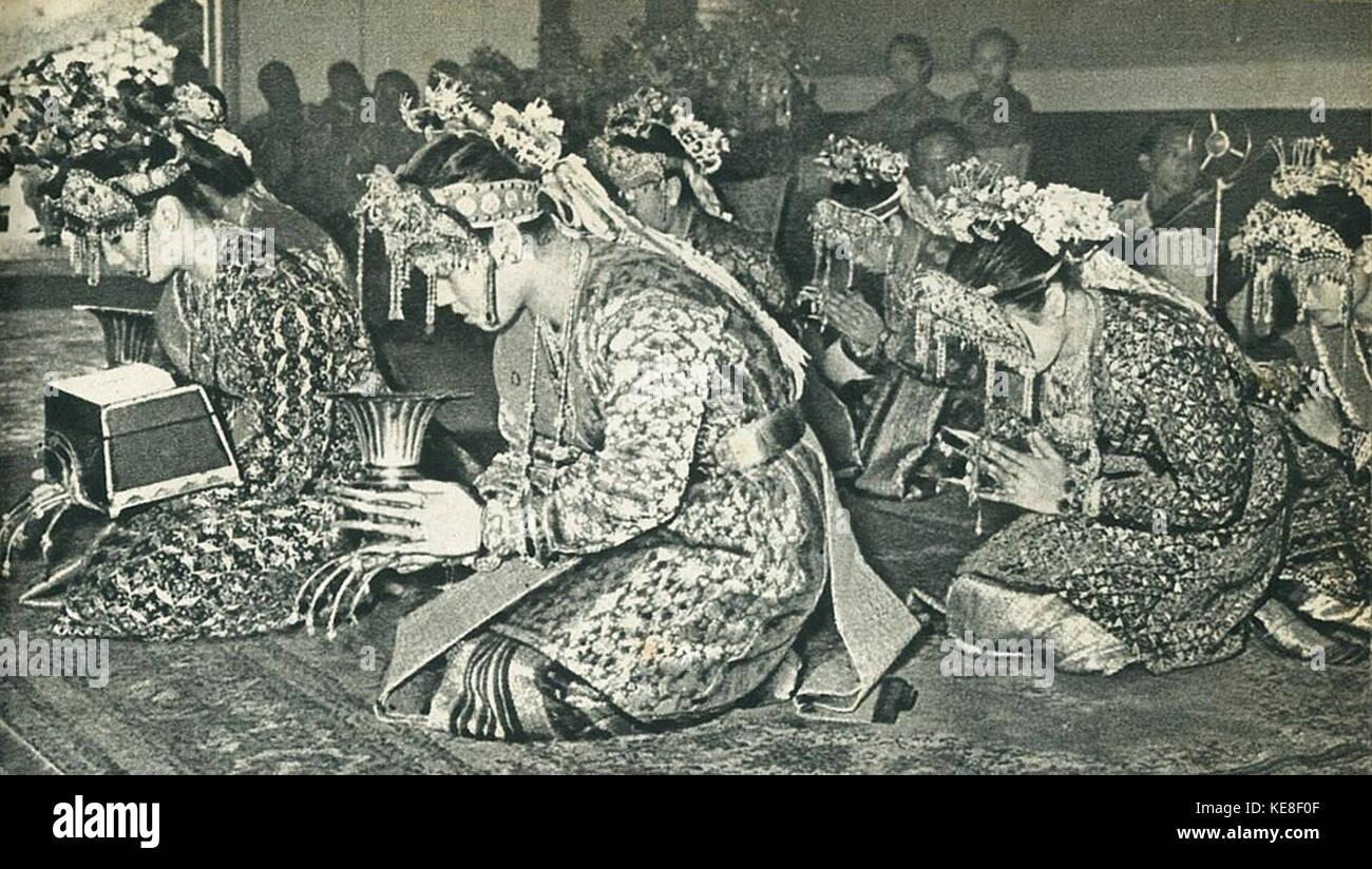 Ethnic Palembang women with offering, Indonesia Tanah Airku, p11 - Stock Image