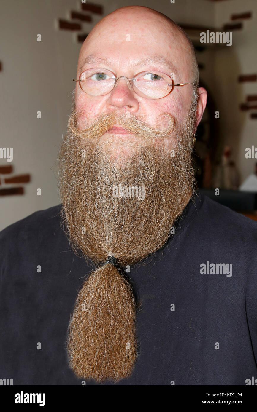 Mann mit langem Bart und getrehtem Schnautzer - Stock Image