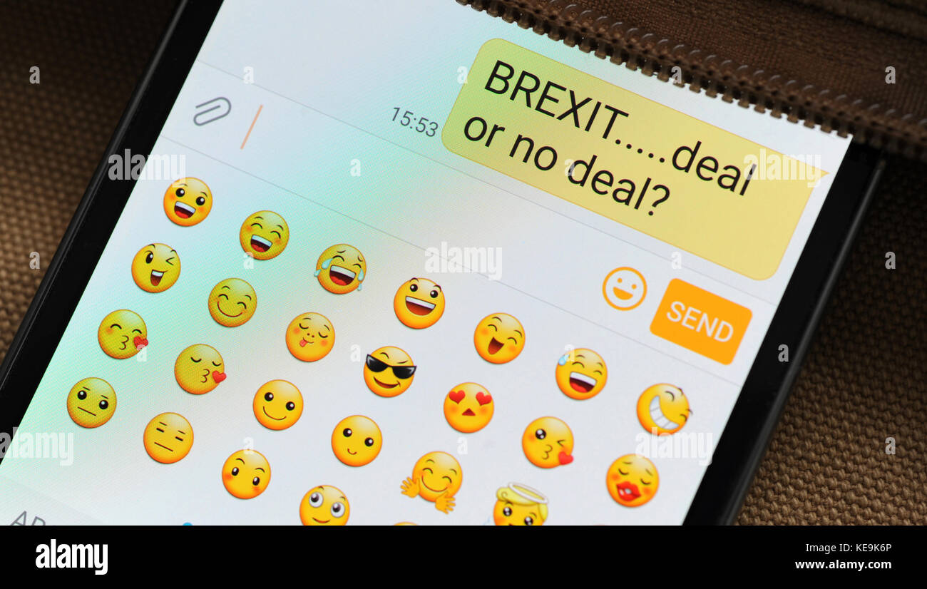 BREXIT MESSAGE ON SMARTPHONE RE LEAVING THE EUROPEAN UNION DEAL OR NO DEAL REMOANERS   BREXITEERS THE EU UK EMOJIS - Stock Image