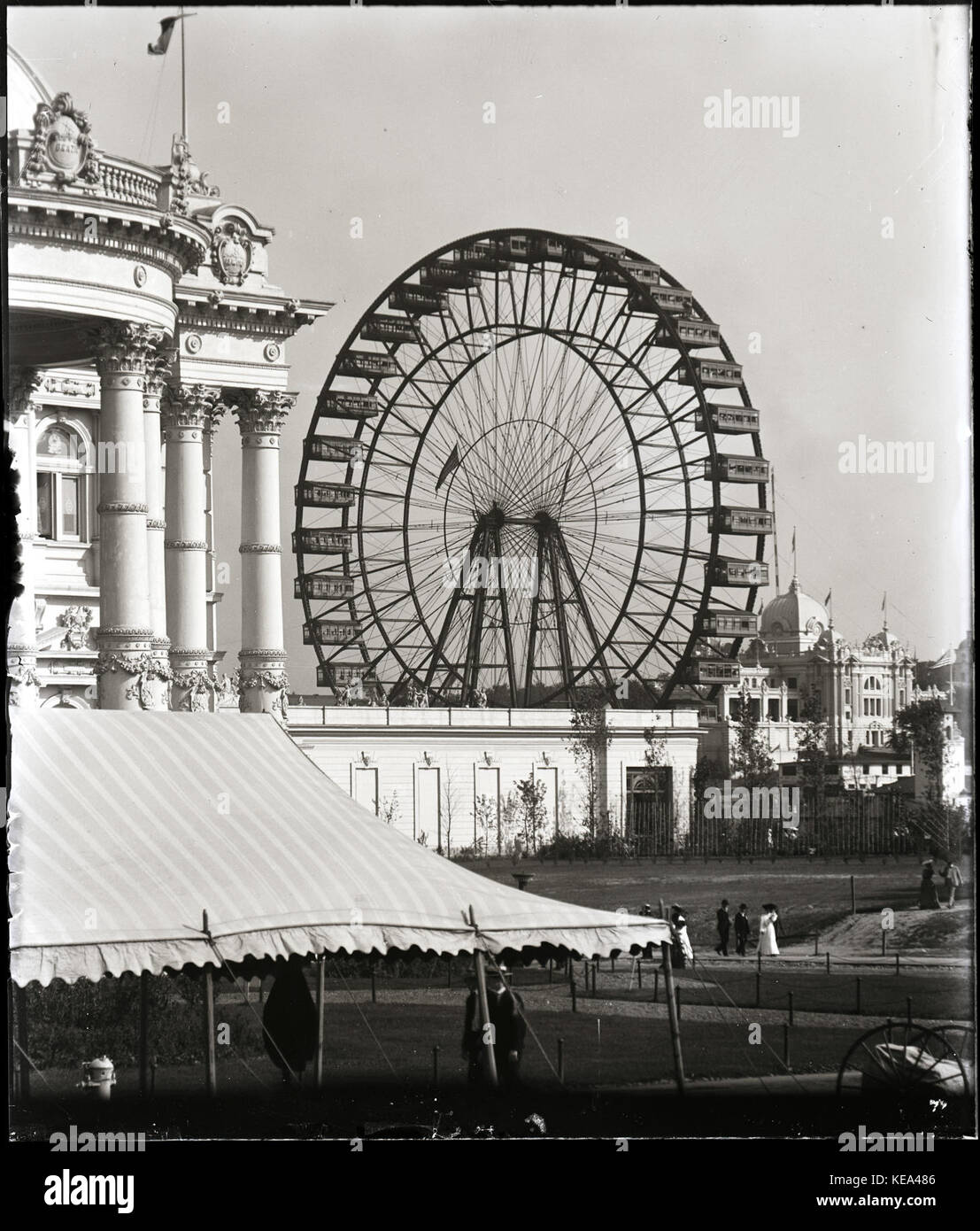View of the Ferris Wheel looking across the Illinois State Building from the Brazil Pavilion at the 1904 World's - Stock Image