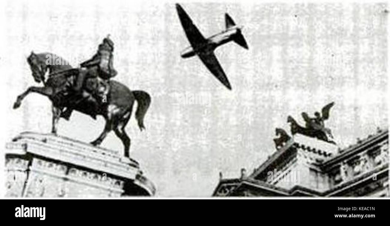 CC2 overflying Piazza Venezia Rome 1941 - Stock Image