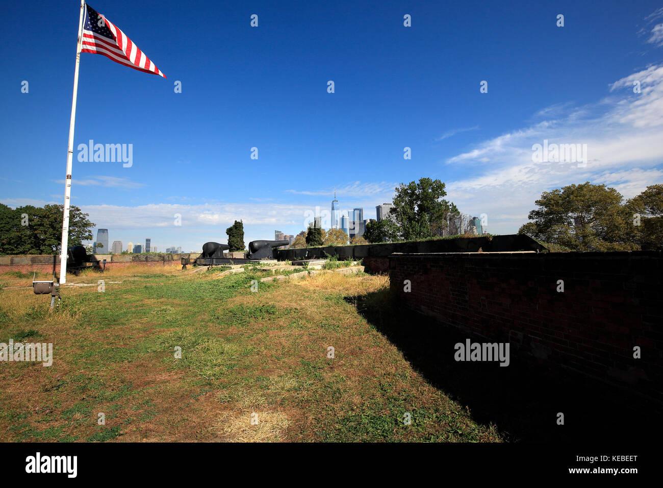 Rodman guns and Manhattan skyline at ford Jay,Governors Island, New York City - Stock Image