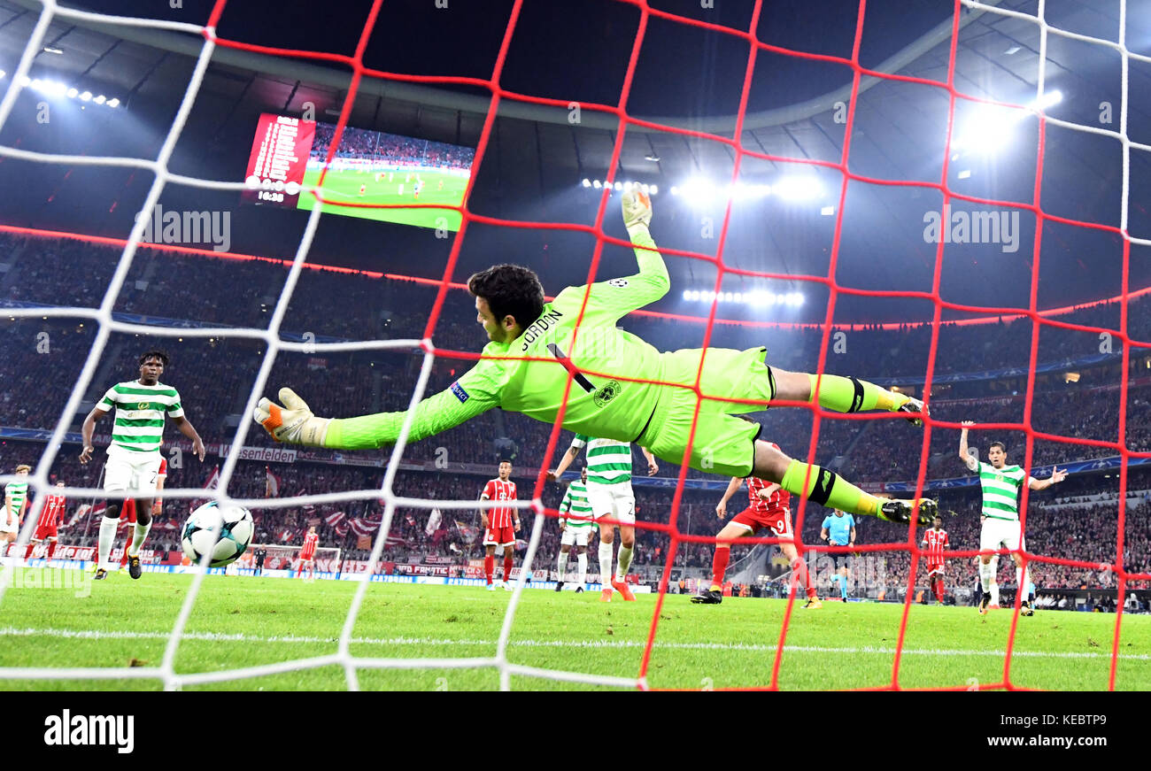 Munich, Germany. 18th Oct, 2017. Glasgow's goalkeeper Craig Gordon tries to save the ball during the Champions - Stock Image