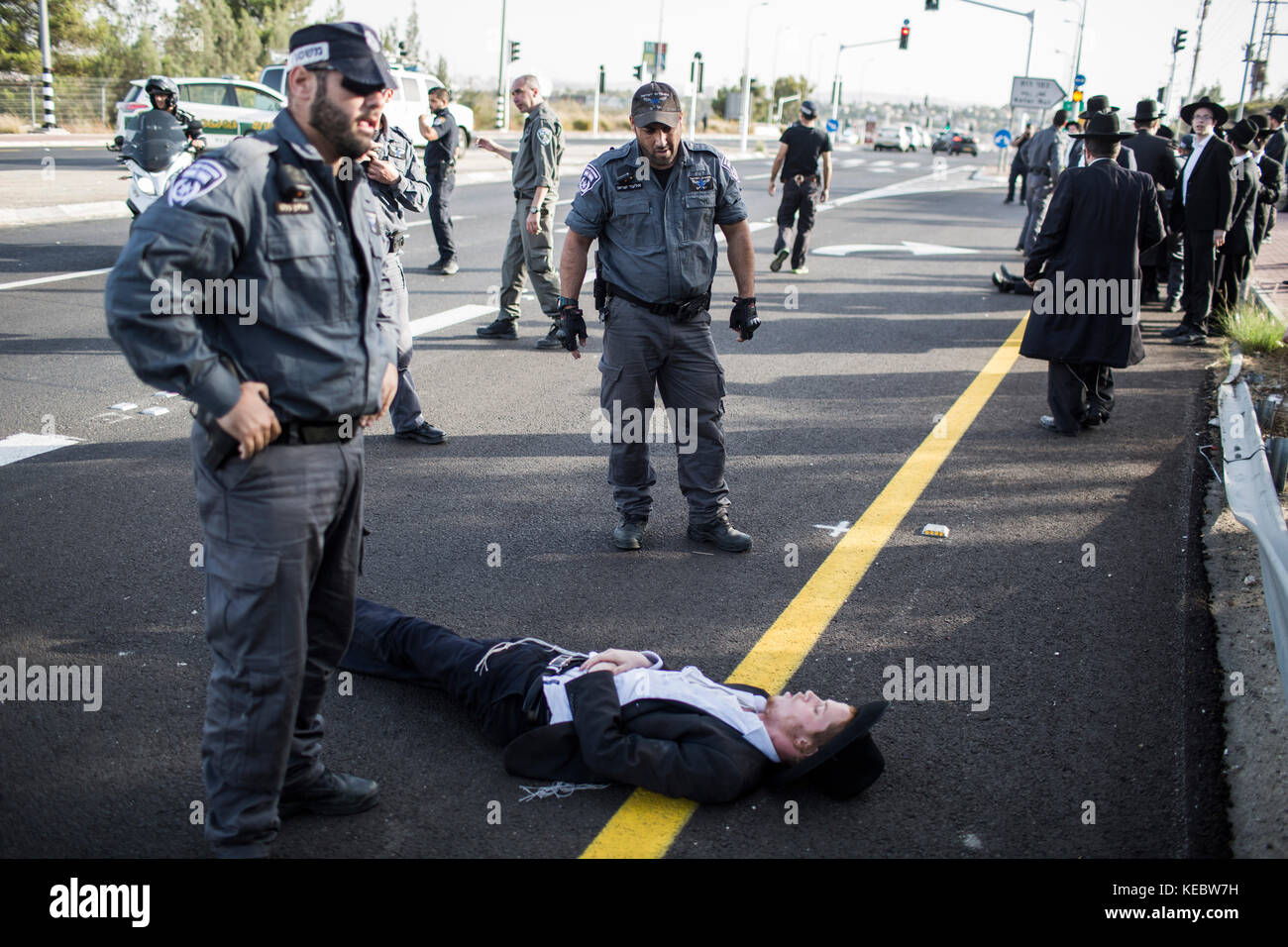 Modiin, Israel. 19th Oct, 2017. Ultra Orthodox Jewish men block a road during a protest in Modiin, Israel, 19 October - Stock Image