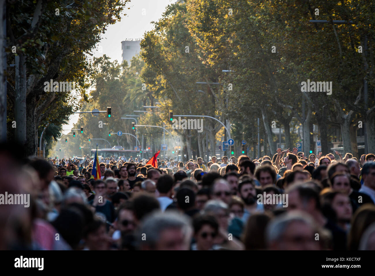 Barcelona, Catalonia, Spain. 3rd Oct, 2017. Thousands of citizens gather in Plaza Universitat during a regional - Stock Image
