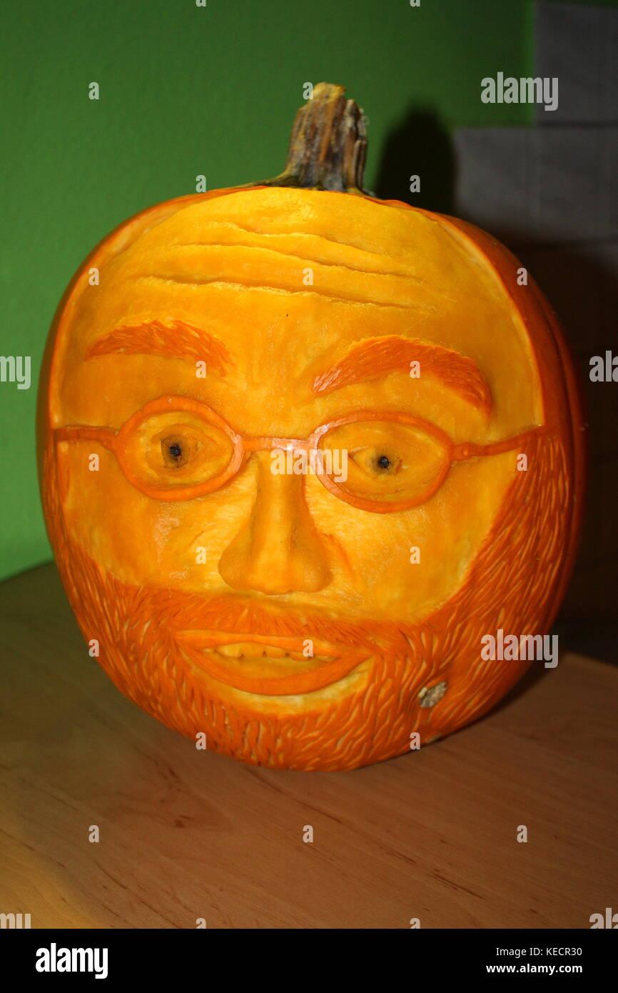 Kürbis geschnitzt, mit einem Gesicht von einem Mann mit Bart und Brille - Stock Image