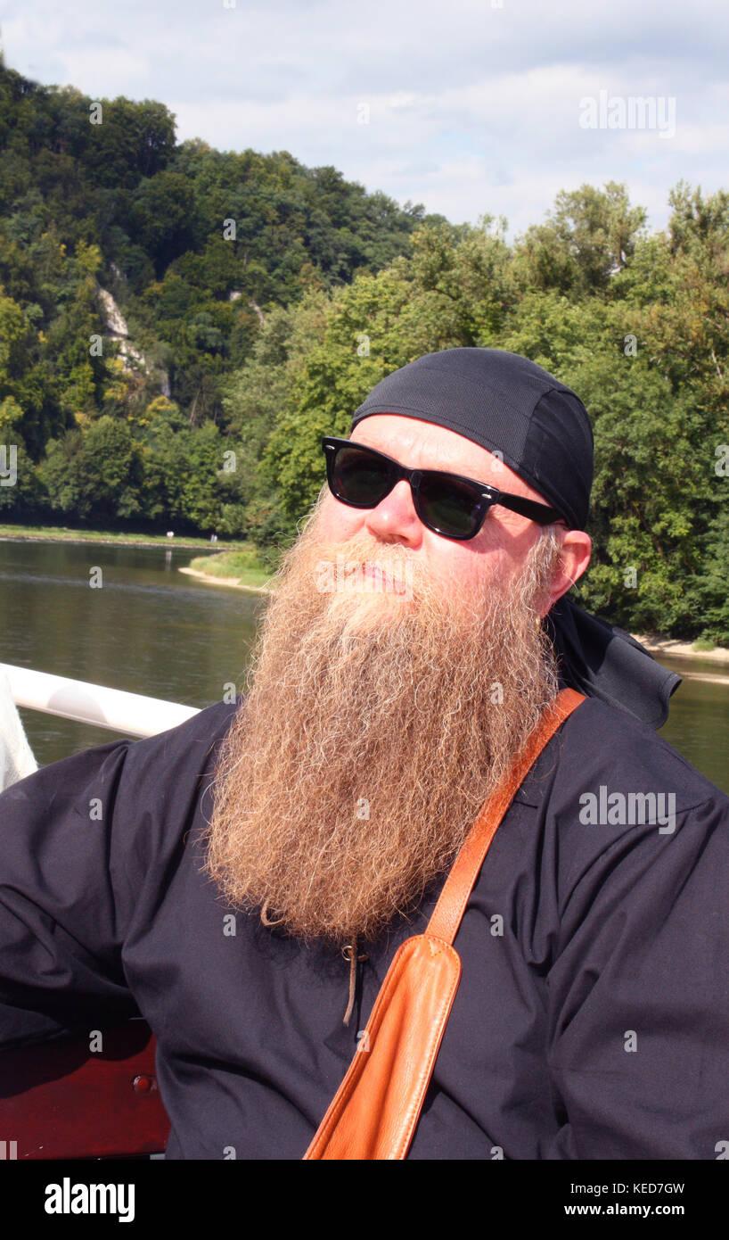 Mann mit langem Bart und Sonnenbrille, Portrait - Stock Image