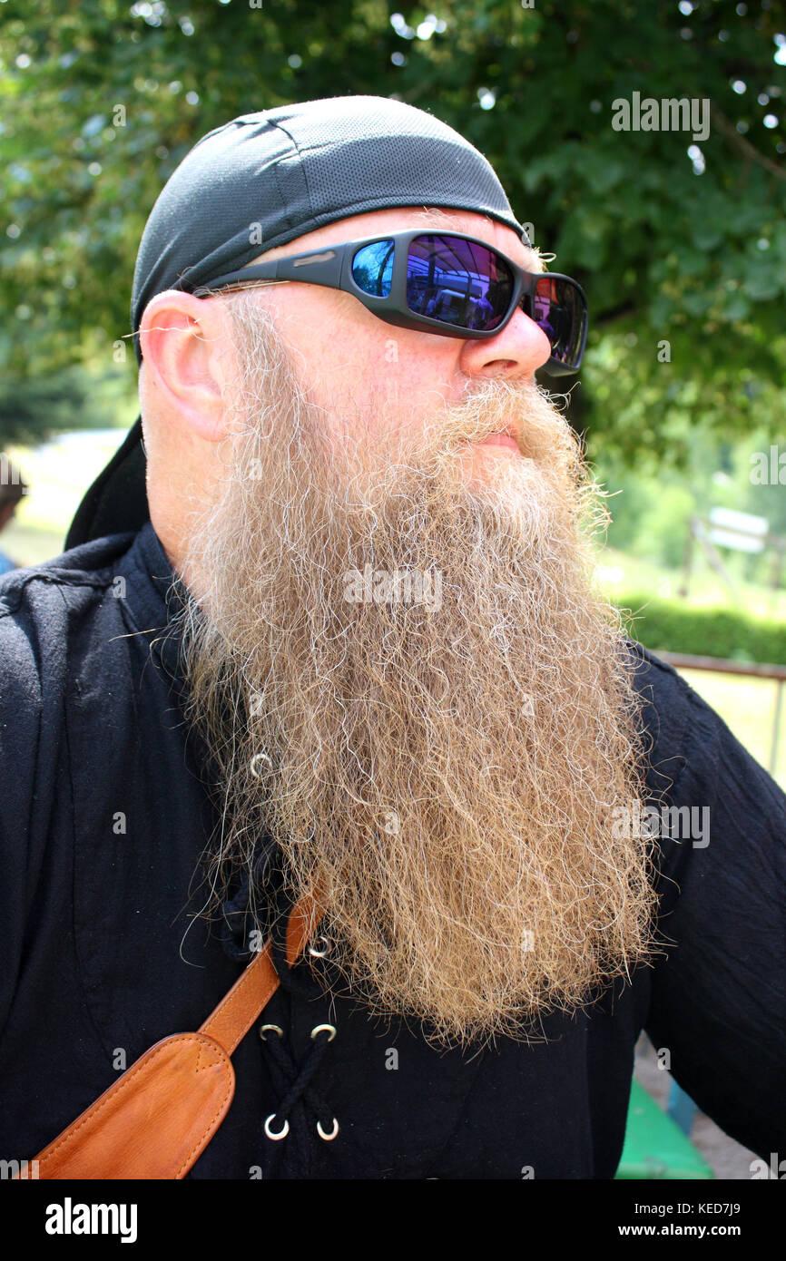 Mann mit langem Bart und Sonnenbrille, Portrait Stock Photo