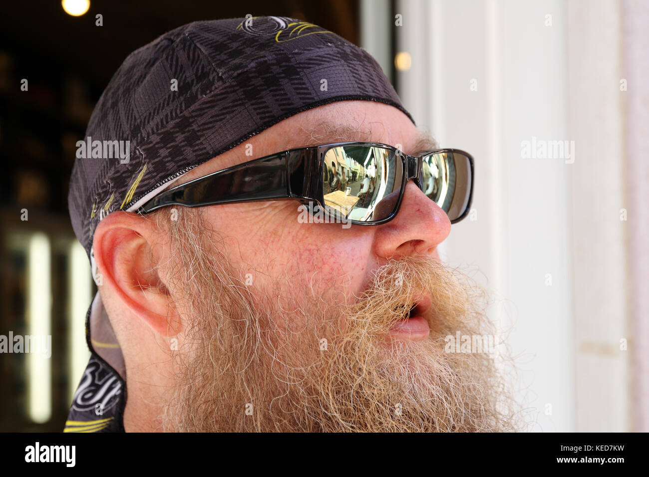 Mann mit langem Bart und Sonnenbrille , lächelt, Portrait - Stock Image