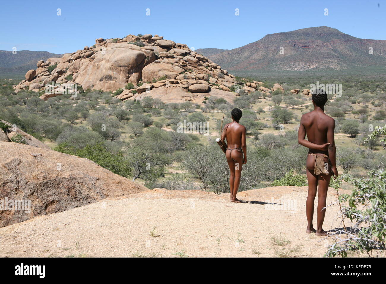 Buschmänner San people in Namibia - Volksstamm - looking for to hunt Stock Photo