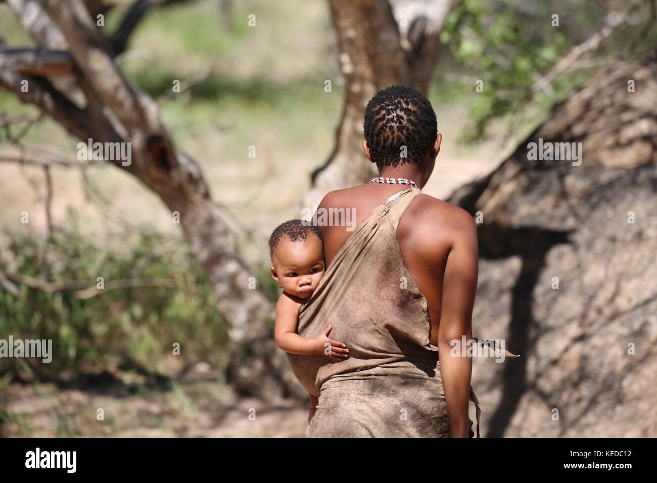 Buschmänner San people in Namibia - Volksstamm - woman with child Stock Photo