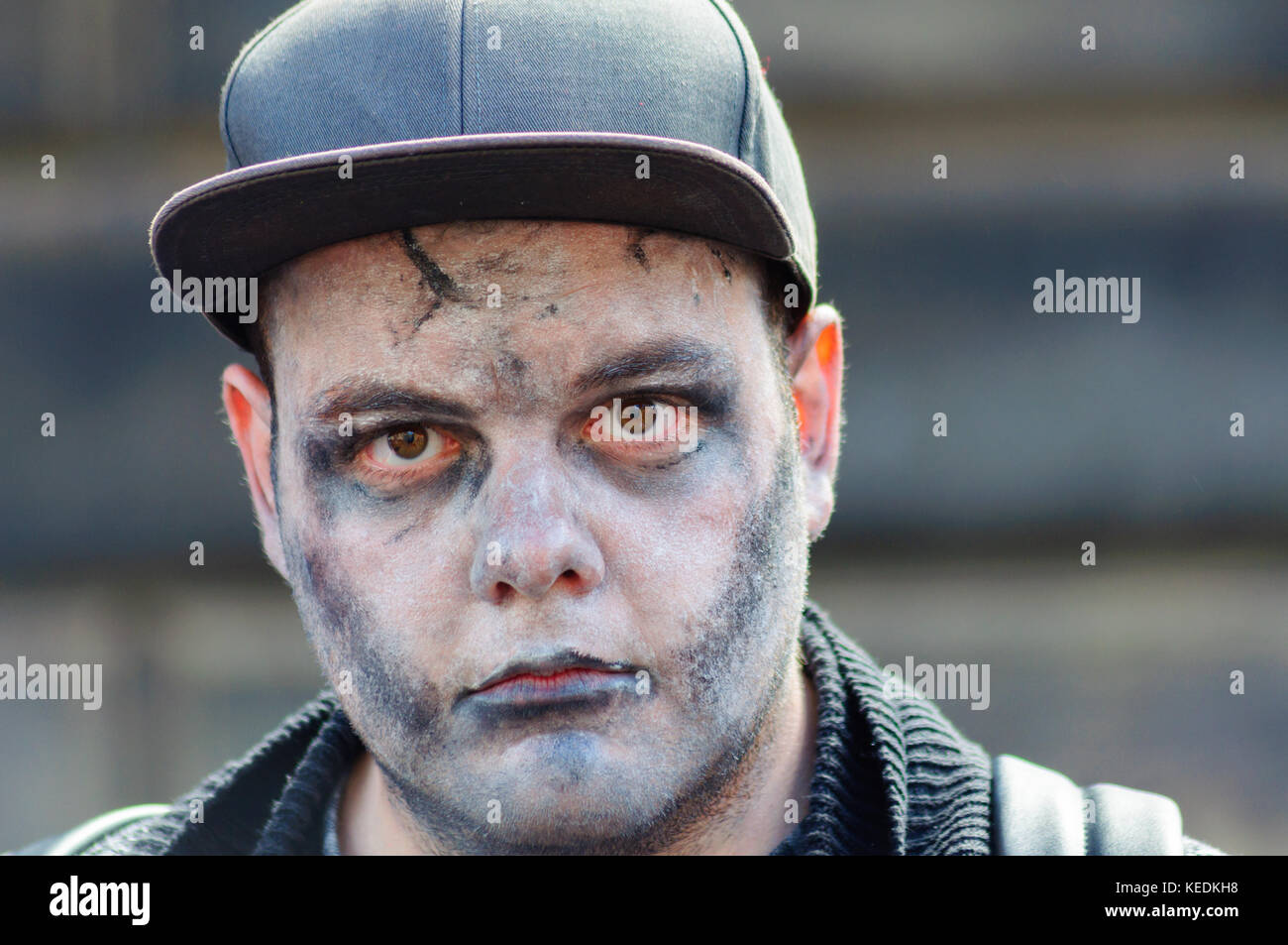 EDINBURGH, SCOTLAND - AUGUST 21, 2016: Male performer with a ghostly, zombie look on the high street during the - Stock Image