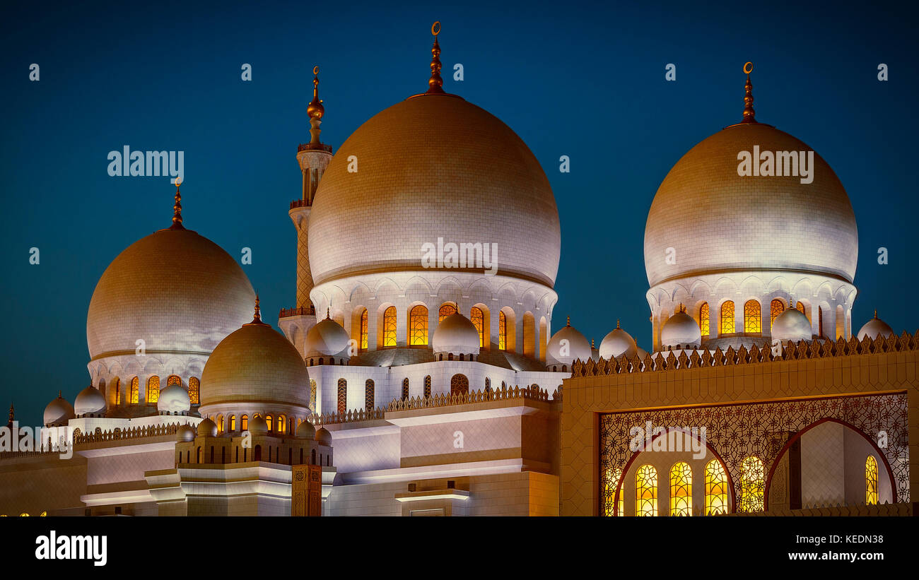 The imposing Sheikh Zayed Grand Mosque in Abu Dhabi at night - Stock Image
