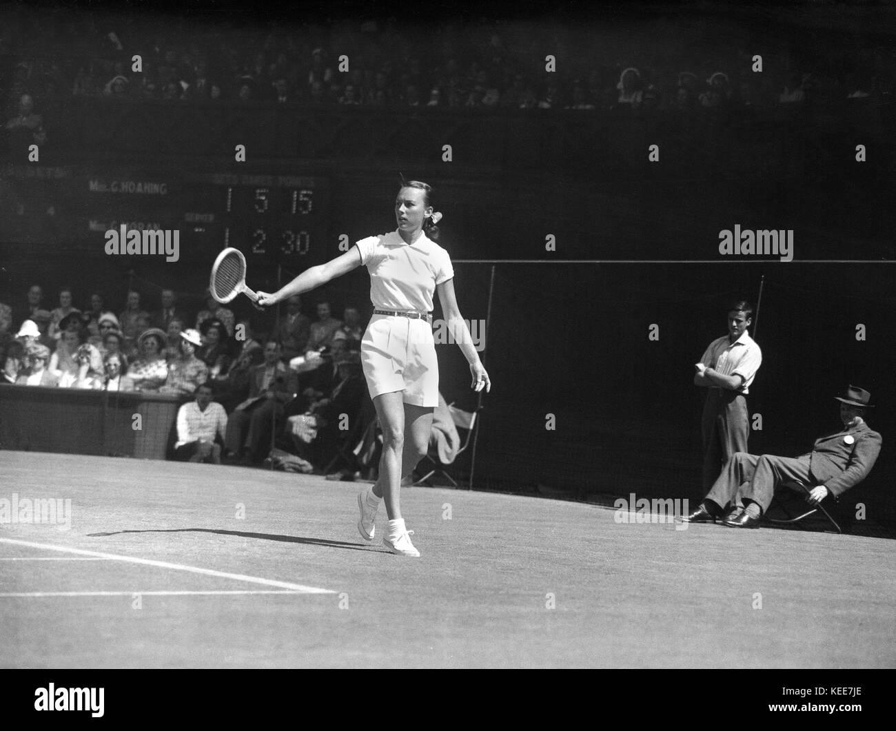 Wimbledon tennis Championships 1949' Little Gem' Gem Hoahing versus 'Gorgeous' Gussie Moran. 4ft - Stock Image