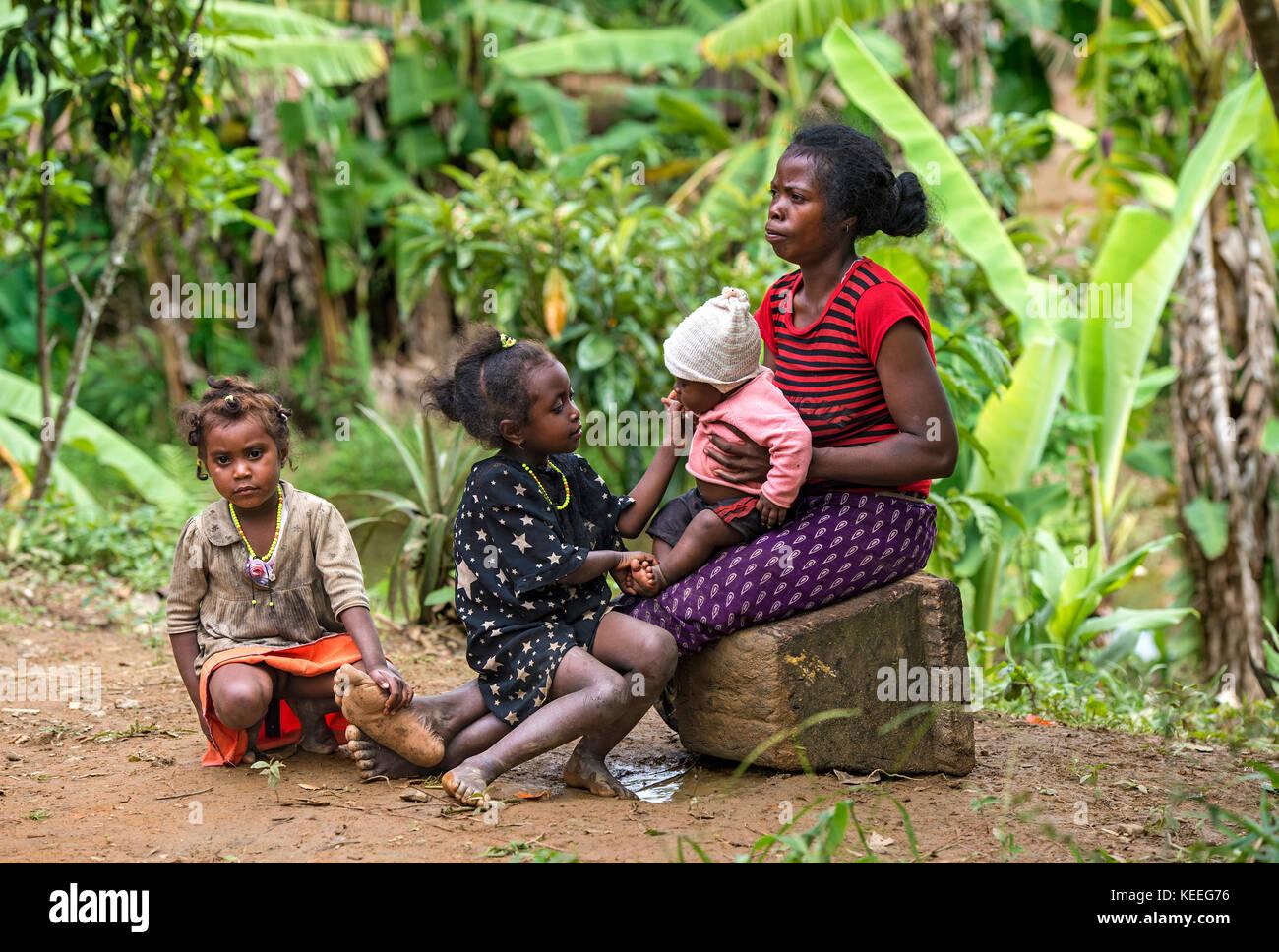 Mother with her three kids of ethnic group of the Betsimisaraka at the East coast of Madagascar, Ambavaniasy, Madagascar - Stock Image