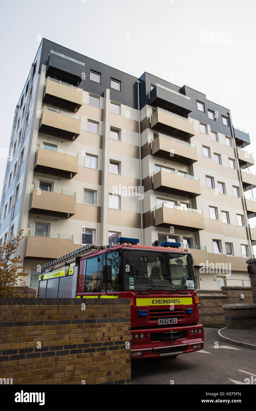 Slough, UK. 20th Oct, 2017. Privately-owned Nova House, outside which a fire engine and crew are keeping a 24-hour - Stock Image