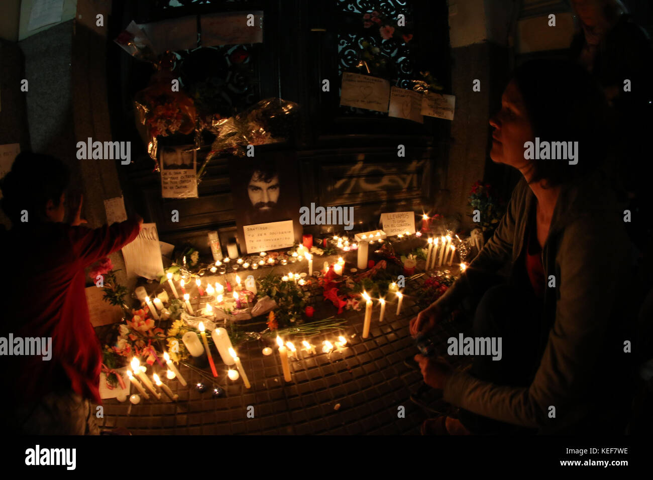 Buenos Aires, Argentina. 20th Oct, 2017. Candles and photographs of Santiago Maldonado spontaneously placed by the Stock Photo