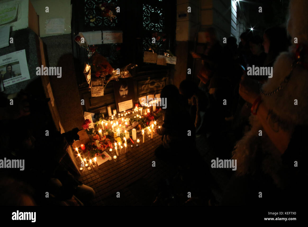 Buenos Aires, Argentina. 20th Oct, 2017. Candles and photographs of Santiago Maldonado spontaneously placed by the - Stock Image