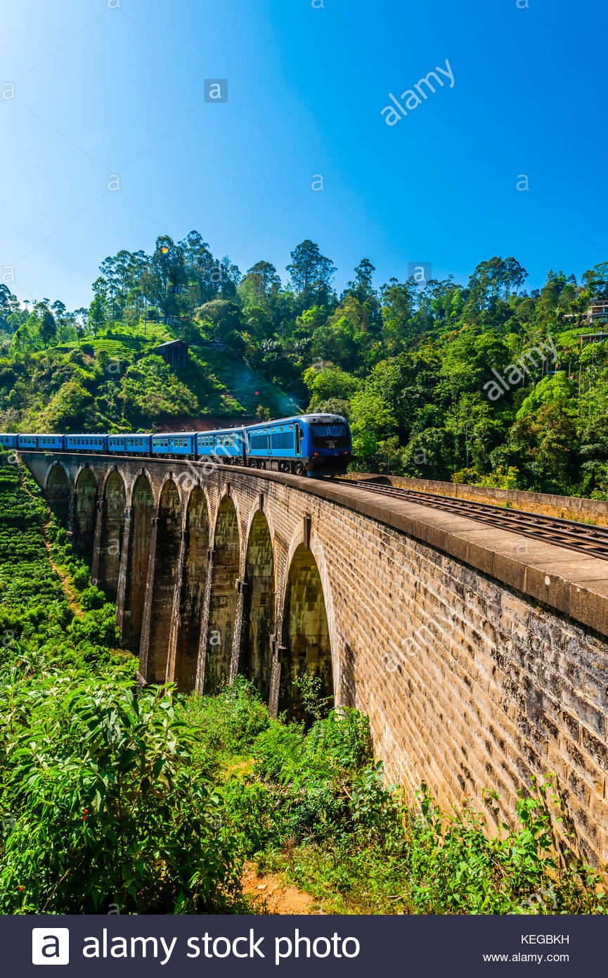 The Highland Express passes over the Nine Arch Bridge, Demodara, Ambagollapathana near Ella, Uva Province, Sri Lanka. Stock Photo