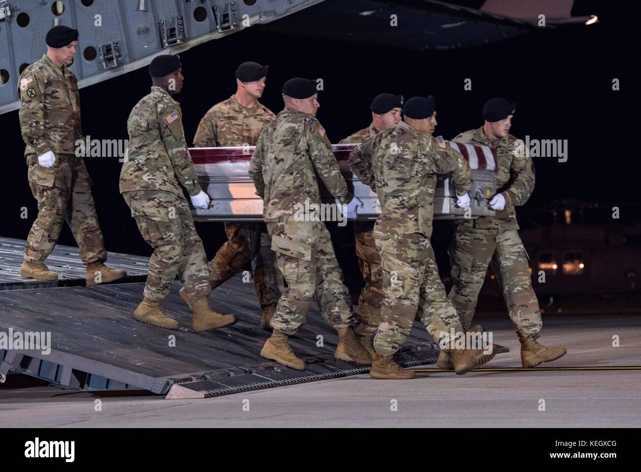 U.S. Soldiers from the 3rd Infantry Regiment carry the flag draped casket of Staff Sgt. Dustin M. Wright, of Lyons, - Stock Image