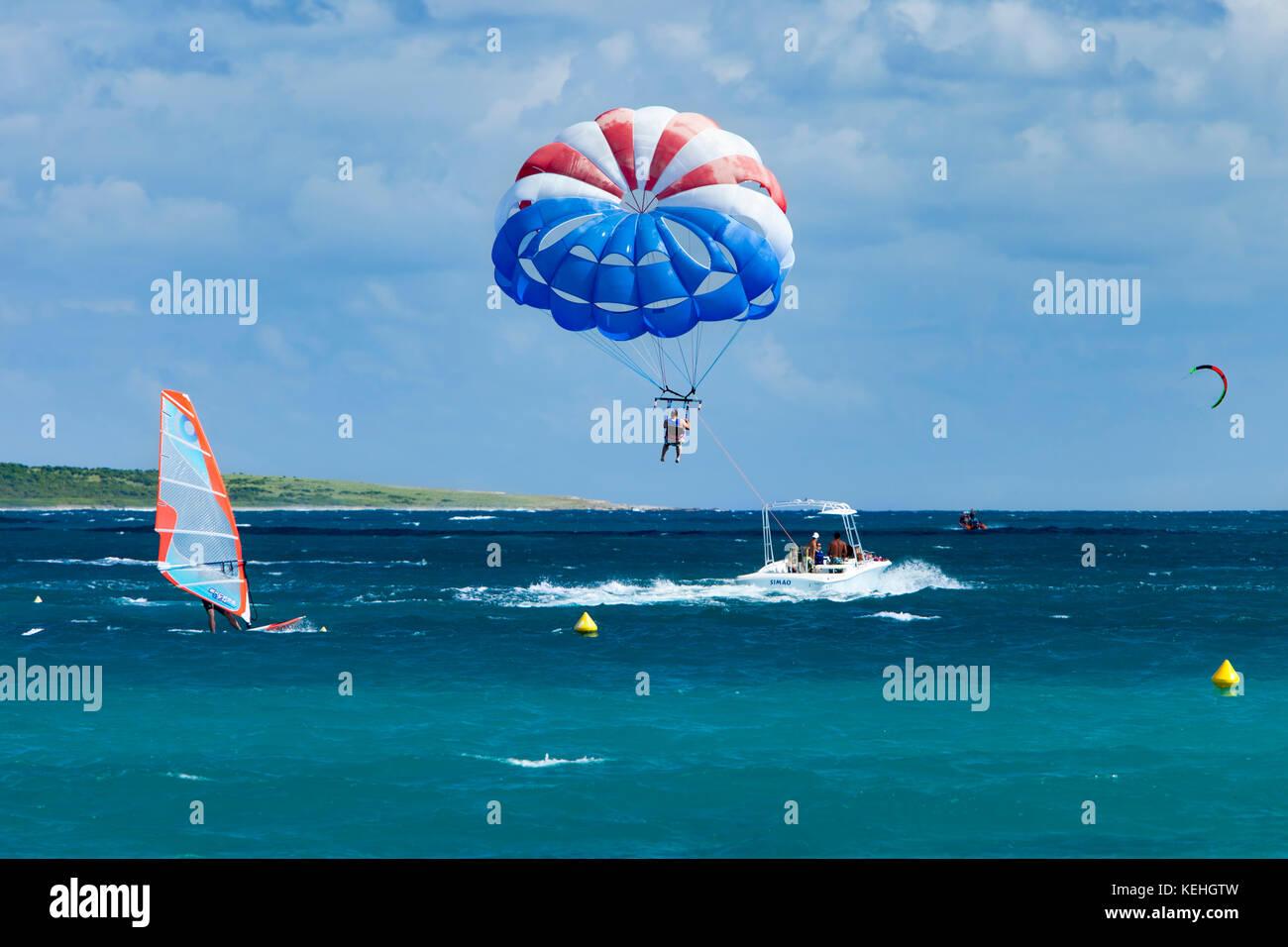 Wind Surfing, Para-Sailing, Kite-Surfing off Orient Beach, Saint Martin,  French West Indies - Stock Image