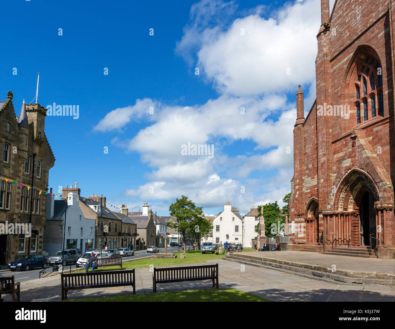 Broad Street in the town centre with St Magnus Cathedral to the right, Kirkwall, Mainland, Orkney, Scotland, UK - Stock Image