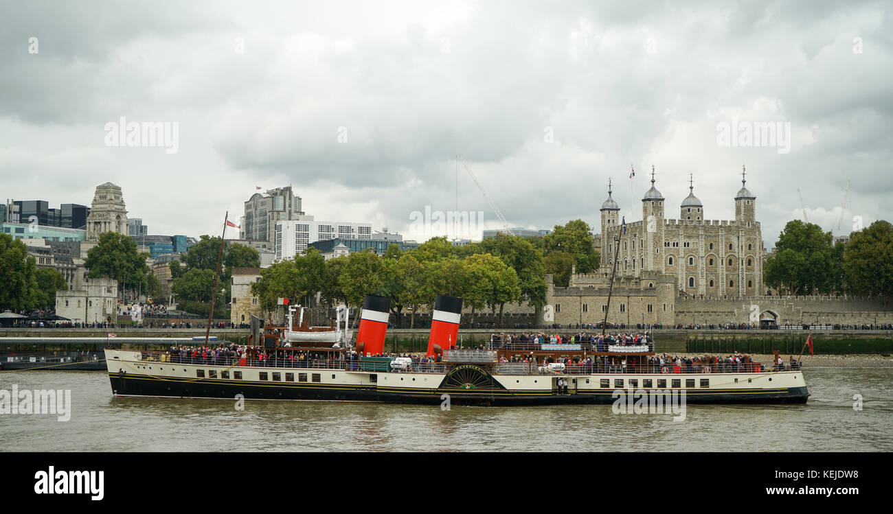 Paddle Steamer 'Waverley' arrives in The Pool of Lodon on a Day Cruise from Southend-1 - Stock Image