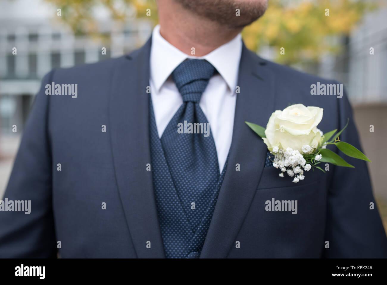 Symbolisch, Symbolbild Bräutigam, Groom. Blauer Anzug, blaue Krawatte, weißes Hemd, blaue Weste, Boutonniere, - Stock Image