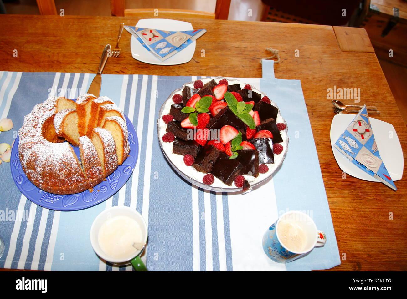 Kuchen und Dessert mit Brownies auf gedecktem Tisch - Stock Image