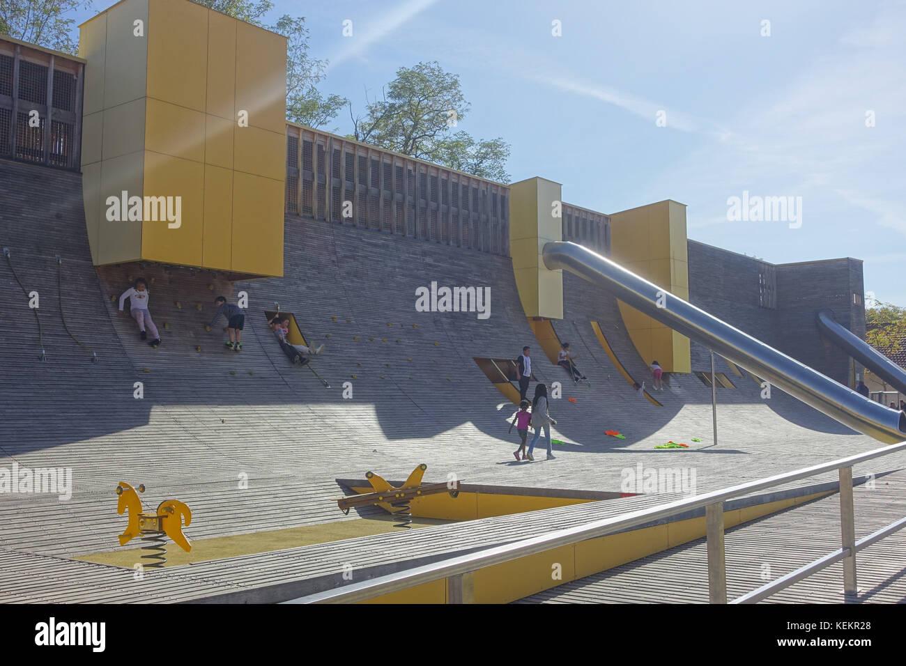 Lyon, Parc Blandan, moderner Spielplatz - Lyon, Parc Blandan, Modern Playground - Stock Image