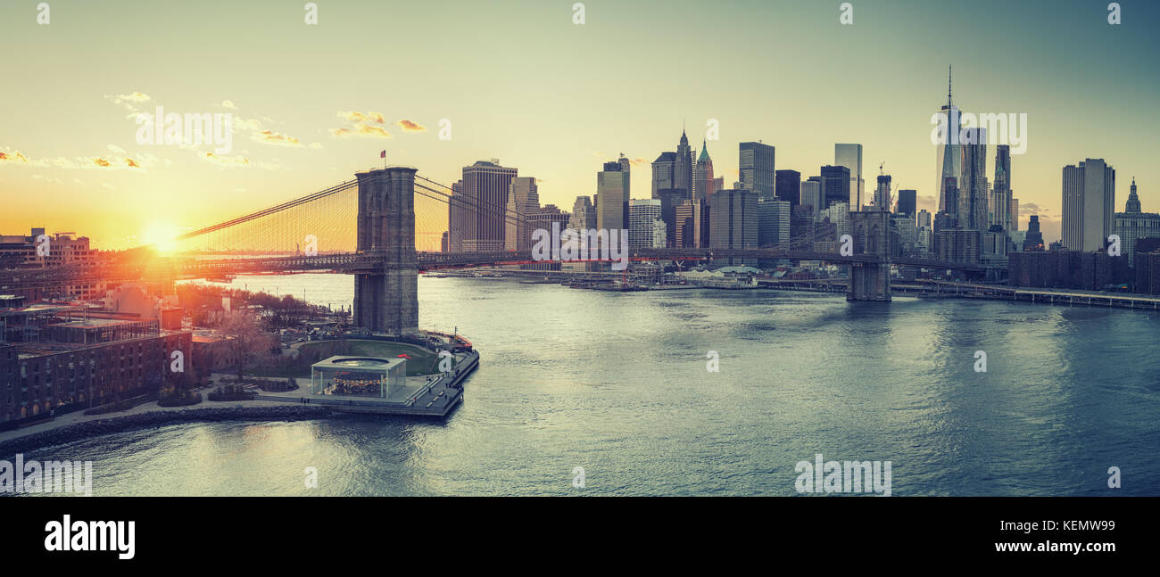 Brooklyn bridge and Manhattan at sunset - Stock Image