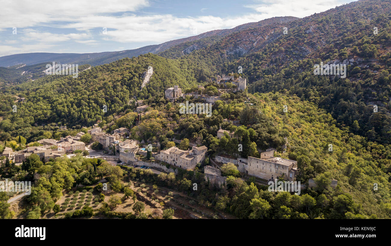 Aerial view of Oppede-le-Vieux, a ghost village in southeastern France - Stock Image