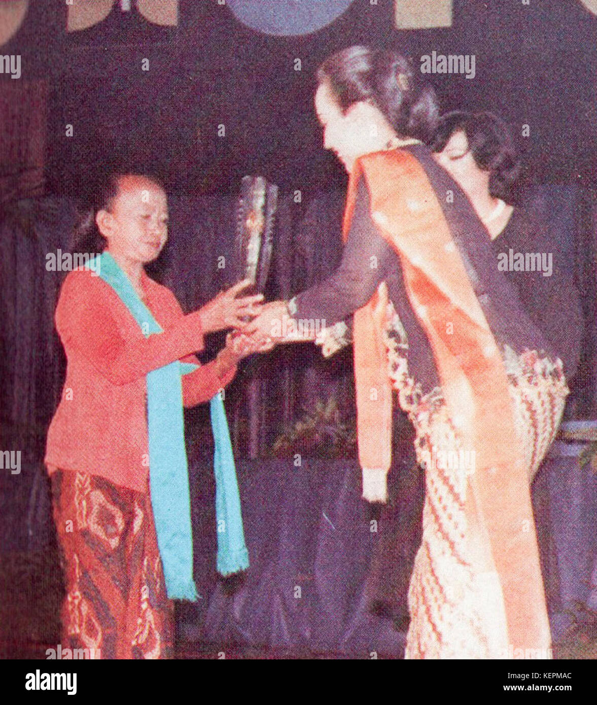 Suparmi receiving Citra for Best Supporting Actress, Festival Film