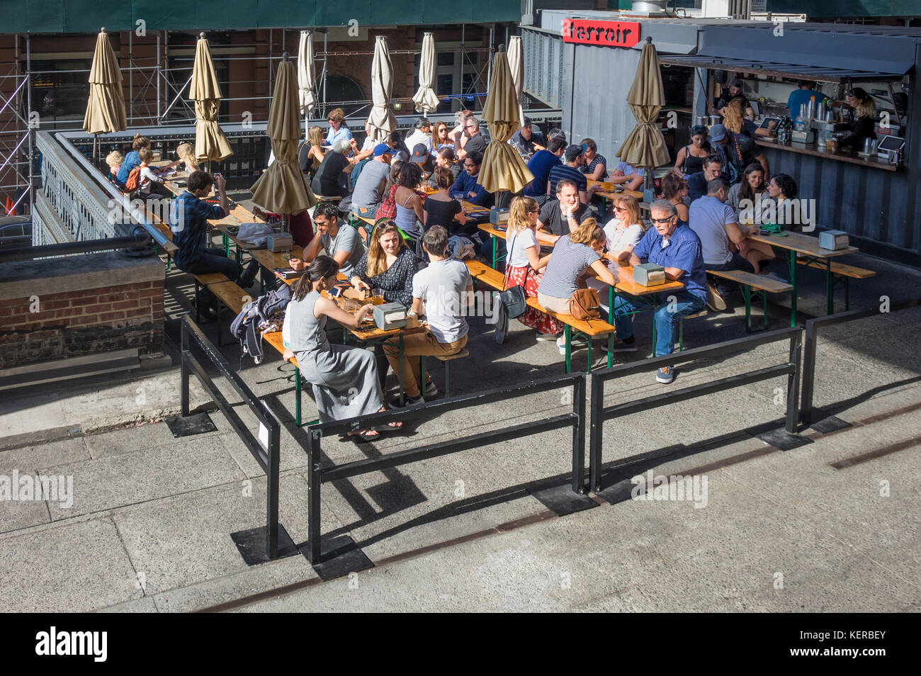 People dining at Terroir on the High Line in New York City - Stock Image