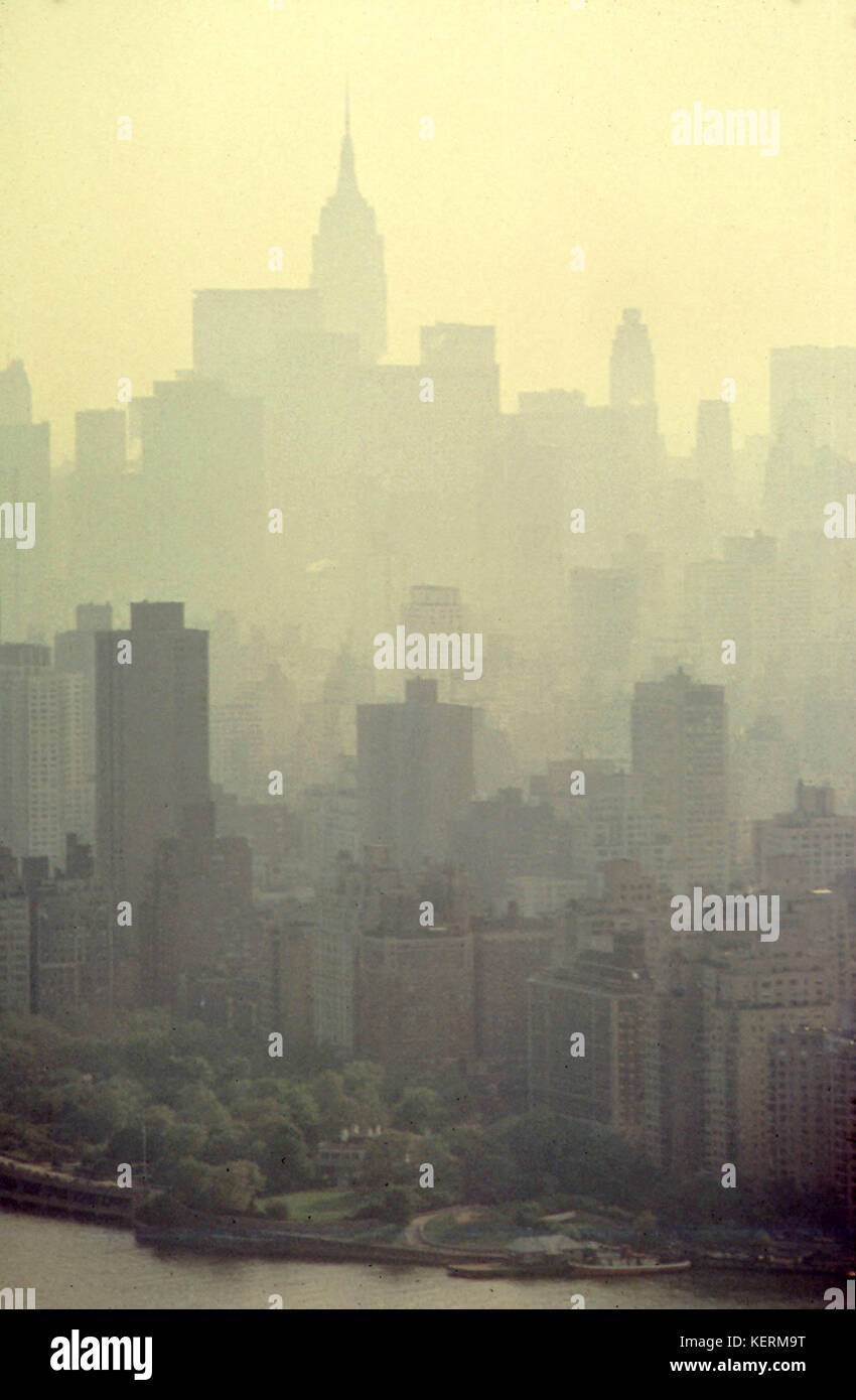 Smog in May 1973. By 1972 New York City had cut levels of sulfur dioxide and particulates by half from their peak. - Stock Image
