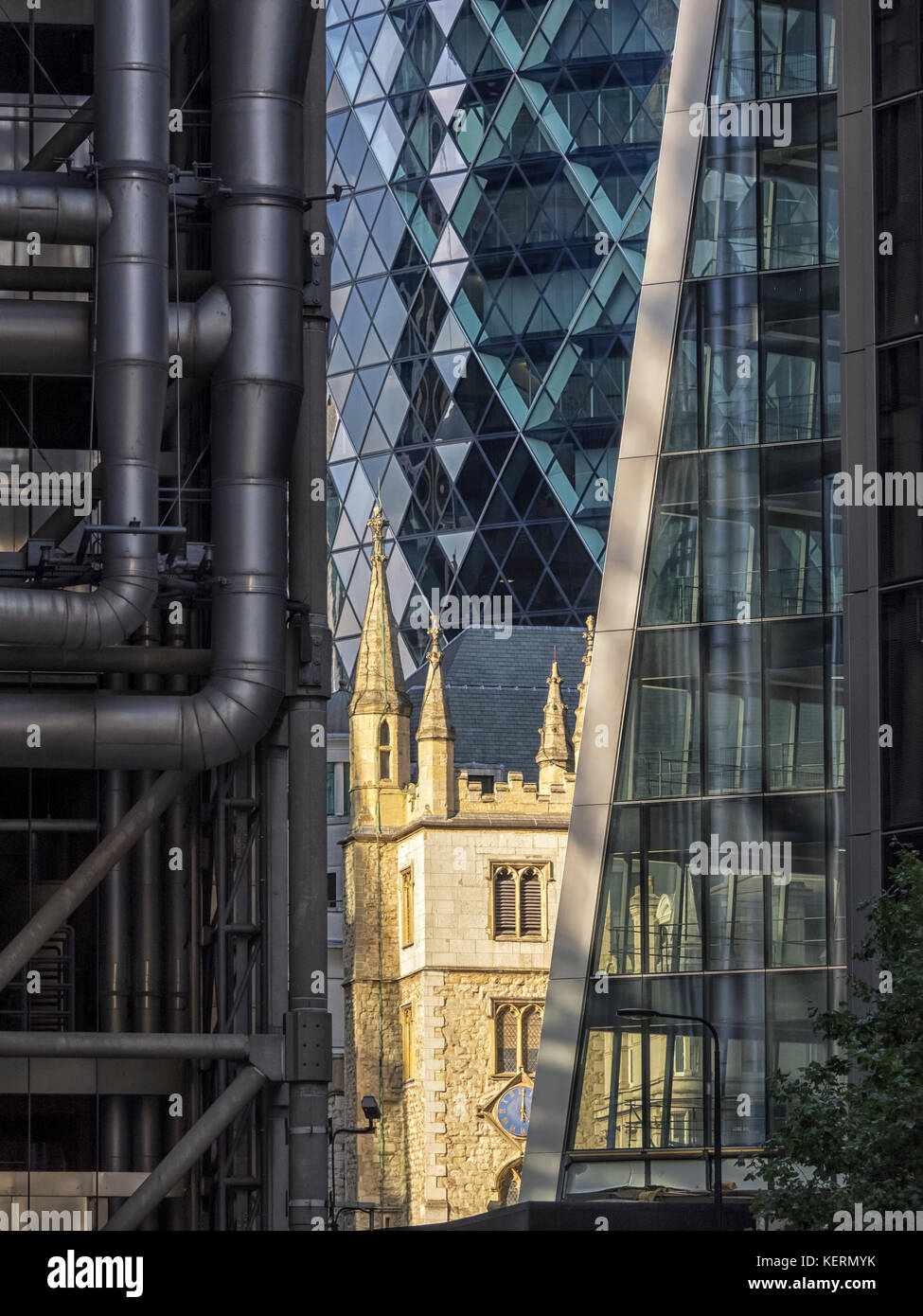 ST MARY AXE, LONDON:  St Andrew Undershaft Church suurounded by modern Office buildings - The Gerkin, Lloyds Building - Stock Image