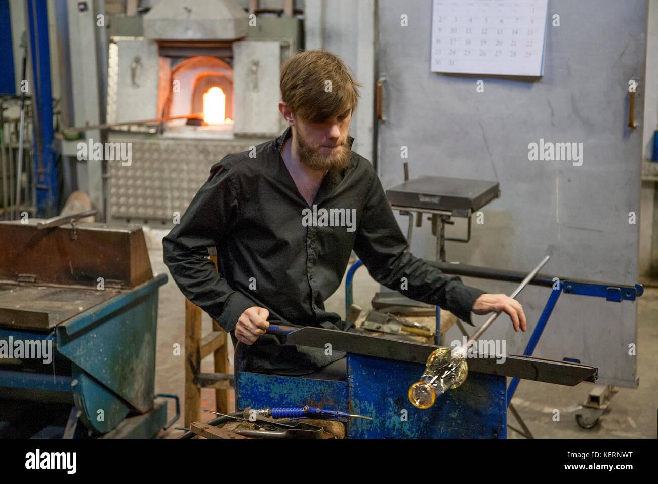 GLASS BLOWER at Reijmyre Glassworks at work 2017 - Stock Image