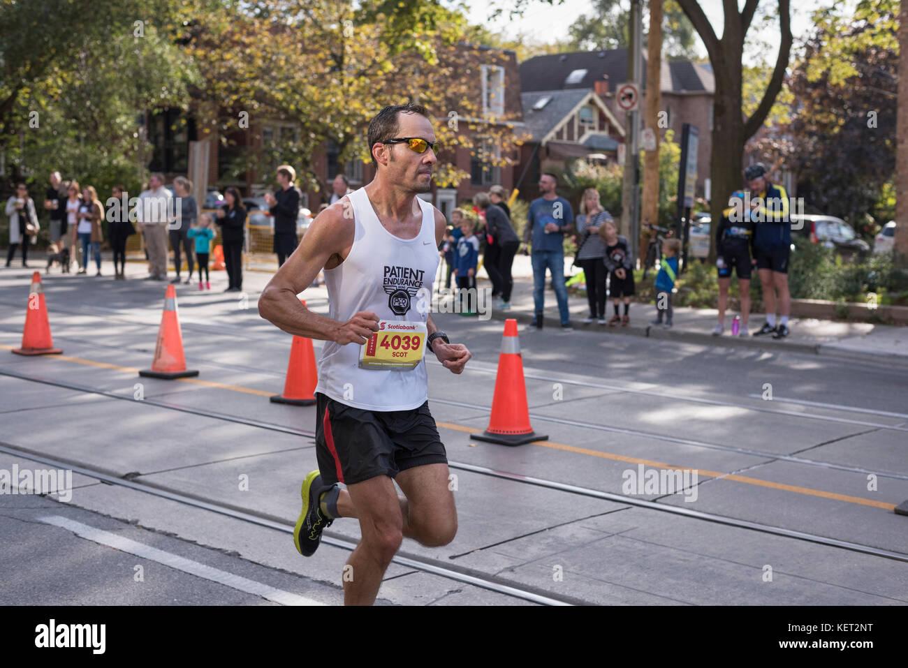 TORONTO, ON/CANADA - OCT 22, 2017: Marathon runner Scot passing the 33km turnaround point at the 2017 Scotiabank - Stock Image