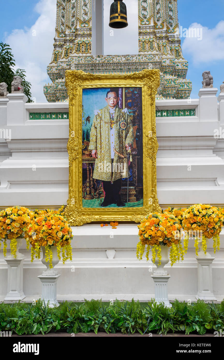Shrine in Wat Pho to the late Thai King Rama IX Bhumibol Adulyadej (1927-2016) prior to his cremation in October - Stock Image