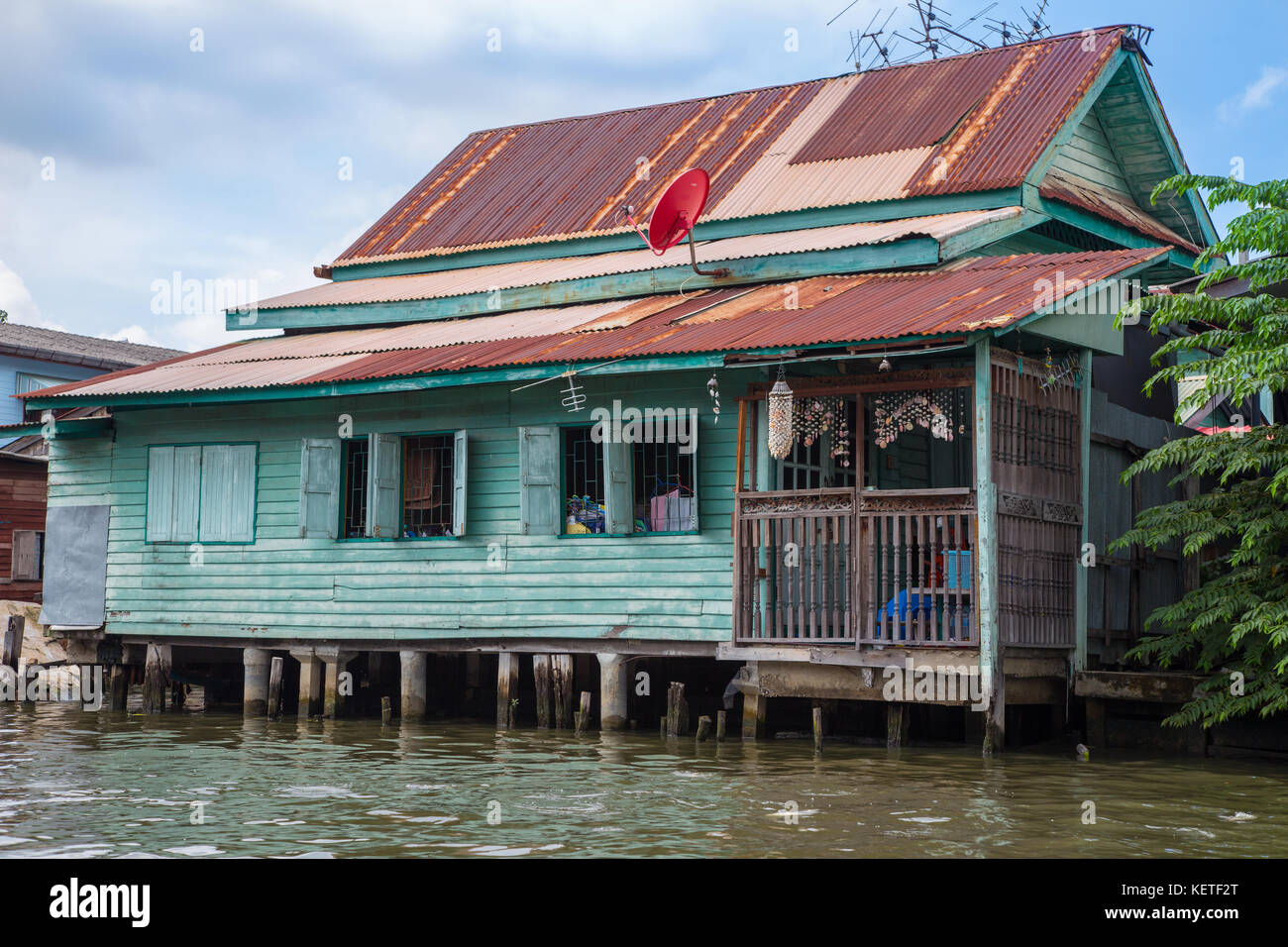 House on stilts in the Chao Phraya river canals, Bangkok, Thailand - Stock Image