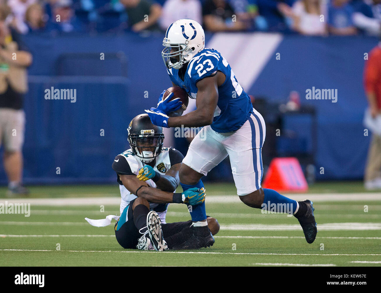 October 22, 2017: Indianapolis Colts running back Frank Gore (23) runs with the ball as Jacksonville Jaguars defensive - Stock Image