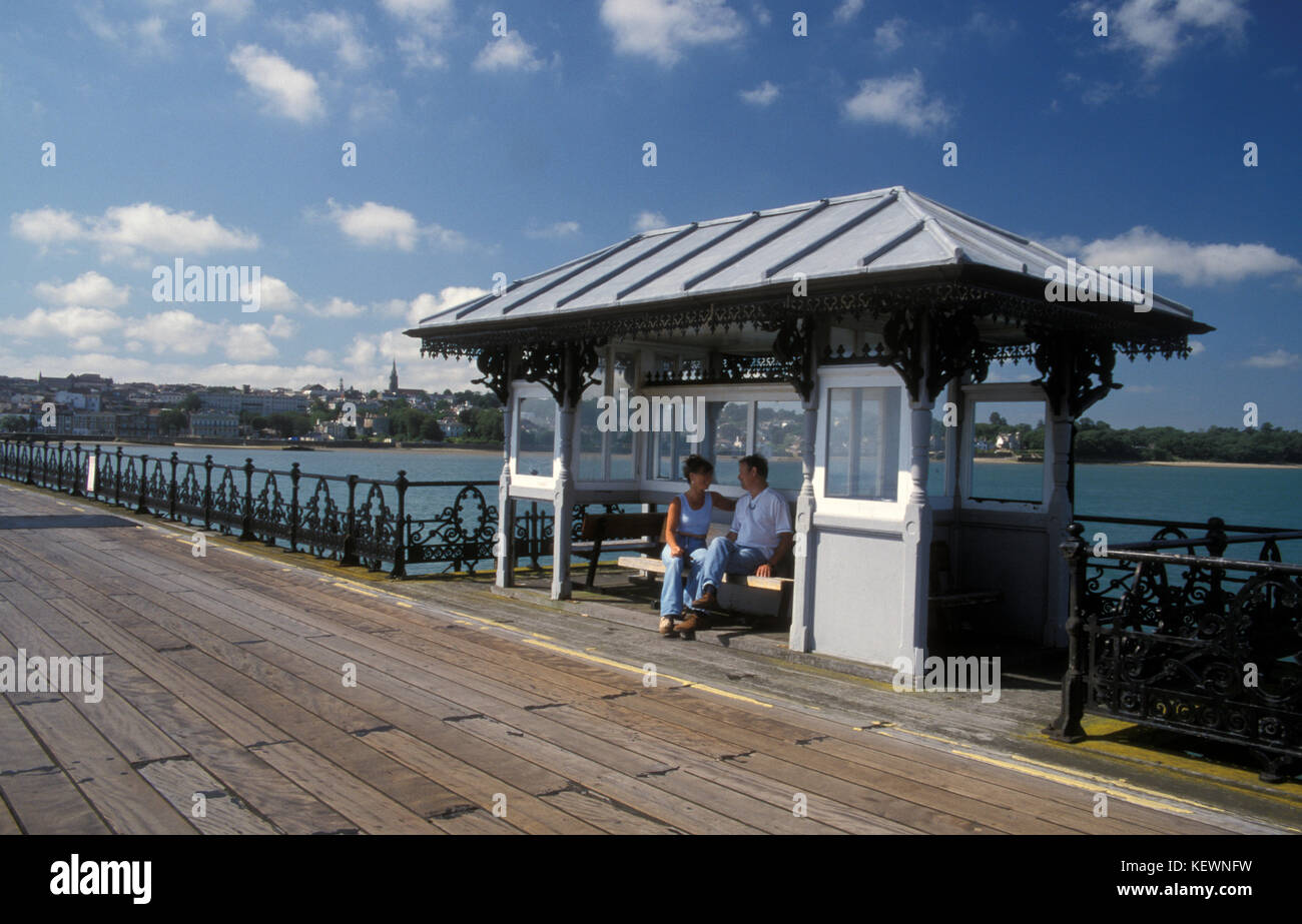 Ryde Pier, Isle of Wight, Hampshire, couple sitting in shelter - Stock Image