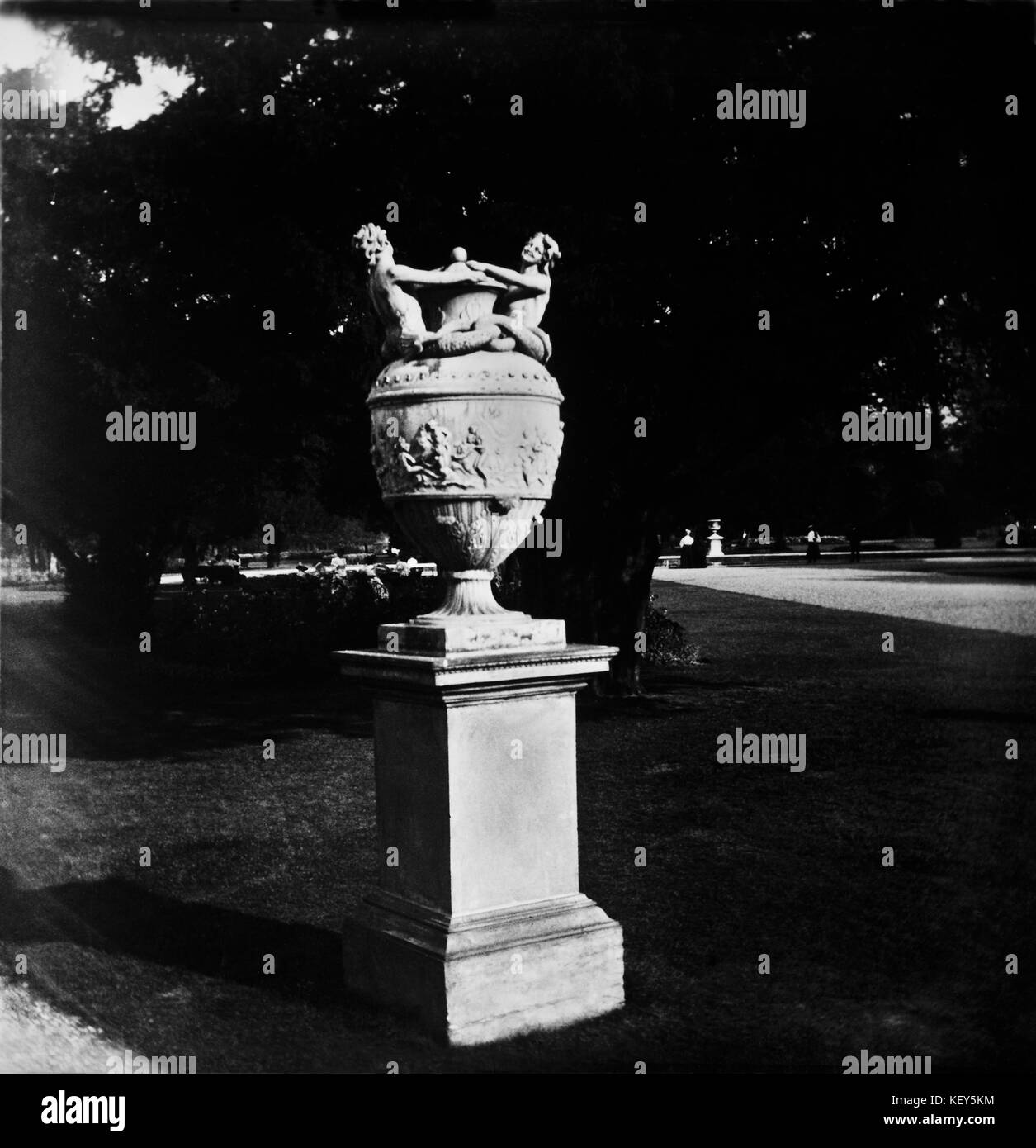 London England, Circa 1900.  Stone urn monument at Hampton Court Palace grounds. - Stock Image