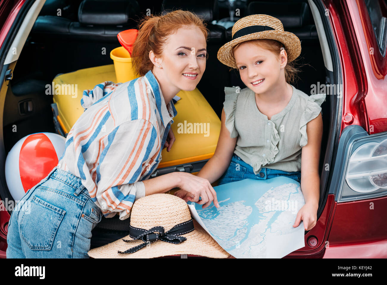 mother and daughter in car trunk - Stock Image