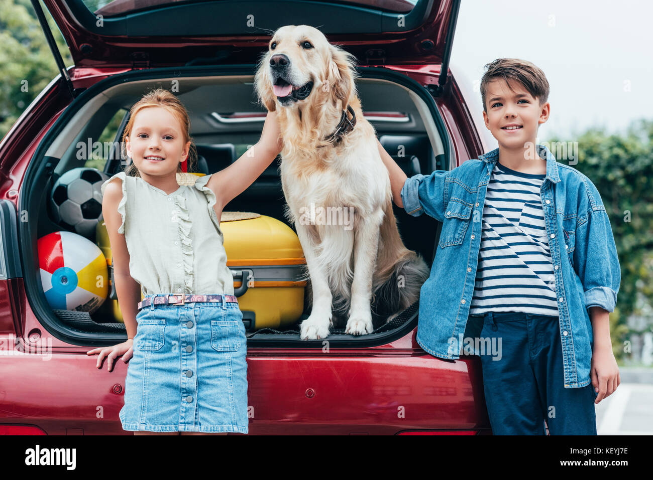 kids with dog in car trunk - Stock Image